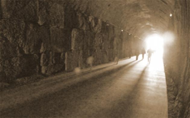 Unul din cele două tuneluri. O secțiune din tunel este deschisă vizitatorilor, celălalt fiind sub pază militară